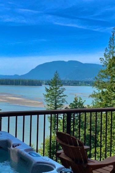 5582 The Fraser Rivers Edge BB 1603982204 Hot tub3