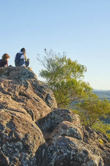 Au glasshouse mountains viewpoint family see and do header
