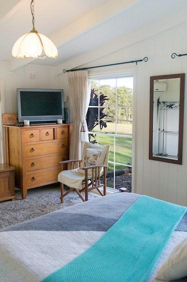 Aus qld glasshouse mountains black wattle farm mountain view suite family comfortable
