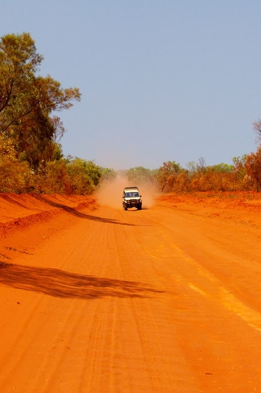 Au alice springs dirt road friends car and route header