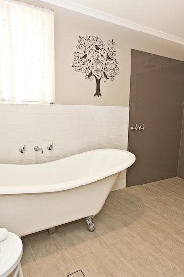 Au barossa valley bed breakfast bathroom friends stays comfortable