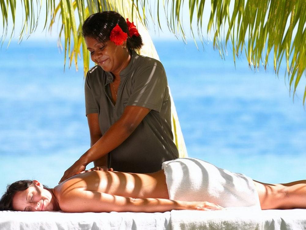 Stopover destination Fiji, massage by the beach