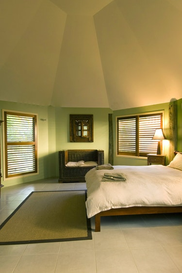 Au glasshouse mountains eco lodge bedroom solo stays comfortable