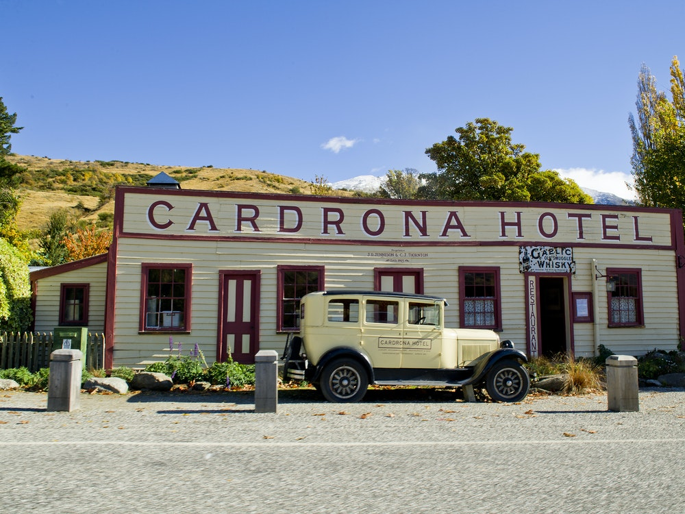 Iconic hotel along the Crown Range Road | New Zealand holiday