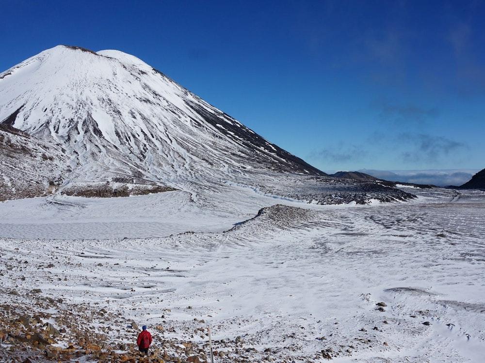 Hike between two active volcanoes - Mount Tongariro & Mount Ngauruhoe