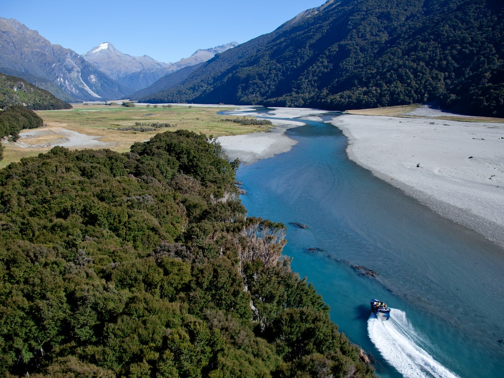 Jetboat in an amazing scenery | New Zealand active holiday