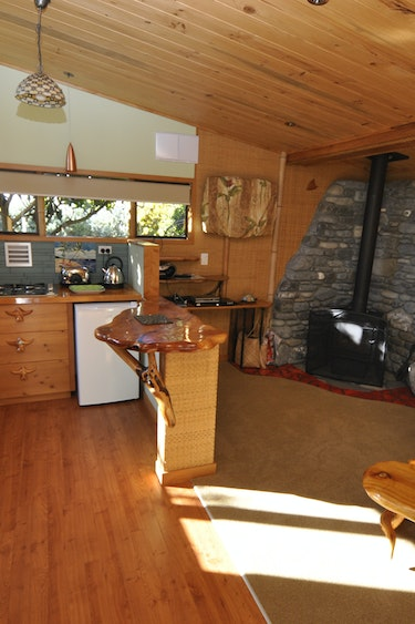 Nz kaikoura surfwatch getaway cottages bamboo hideaway lounge kitchen family very comfortable