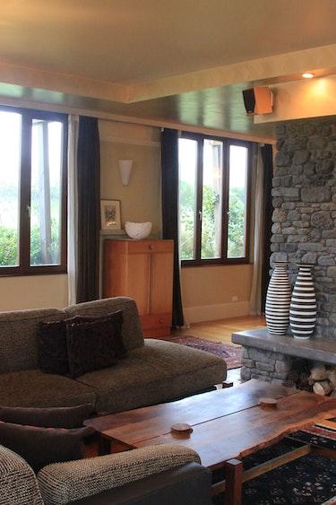 Nz kaikoura tree house livingroom fireplace family stays luxury