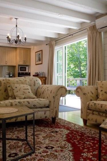 Nz rotorua cottage living room family stays luxury