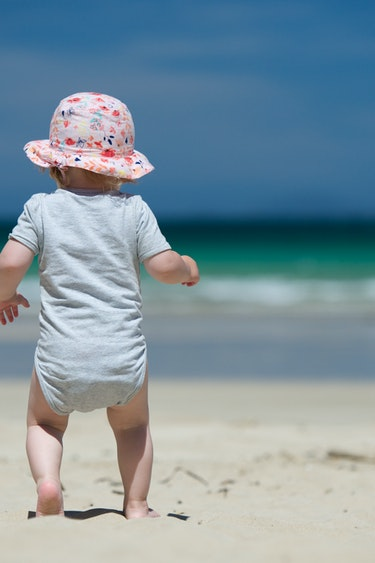 Nz bay of islands child walking beach family best travel time