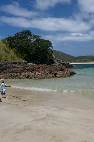 Nz bay of islands kids playing beach family under5 easygoing
