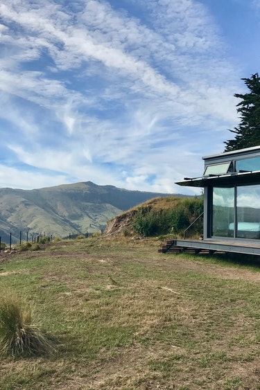 nz-banks-peninsula-pod-outside-view-mountain-partner-accommodation-luxury