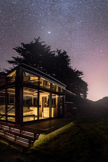 nz-banks-peninsula-pod-outside-view-stargazing-romance-partner-accommodation-luxury