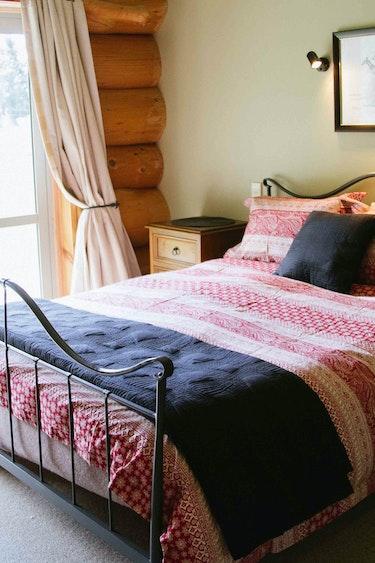 nz-geraldine-lodge-bedroom-partner-accommodation-comfortable
