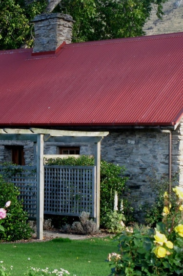 nz-lumsden-cottage-outside-view-partner-accommodation-very-comfortable