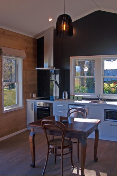 nz-mid-canterbury-cottage-ktichen-view-partner-accommodation-very-comfortable