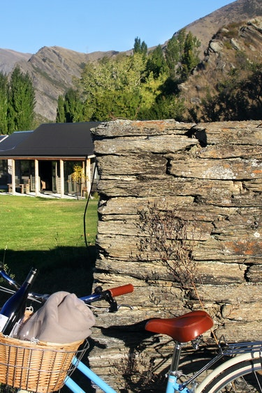 nz-queenstown-cottage-winery-bike-partner-accommodation-comfortable