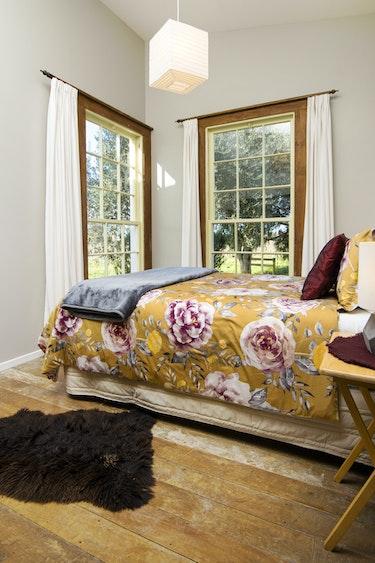 nz-blenheim-vineyard-cottage-bedroom-partner-accommodation-comfortable