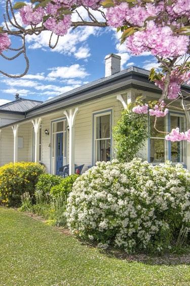 nz-blenheim-vineyard-cottage-outside-partner-accommodation-comfortable
