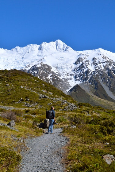 Nz mount cook hiking trail solo active